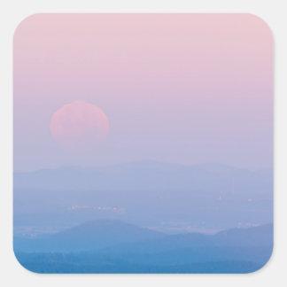 Lua cénico em etiquetas lustrosas da paisagem do