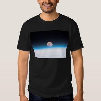Lua cheia obscurecida parcialmente pela atmosfera t-shirts
