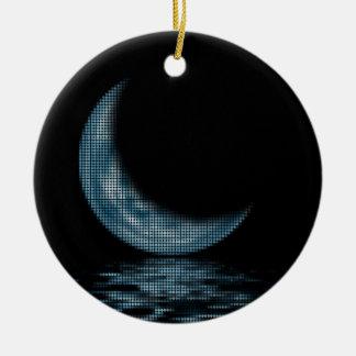 Lua crescente da reflexão no azul do lago ornamento