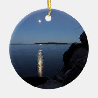 Lua da ascensão sobre a baía do uísque, ilha de St Ornamento De Cerâmica Redondo