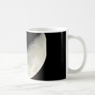 Lua original em uma caneca de café