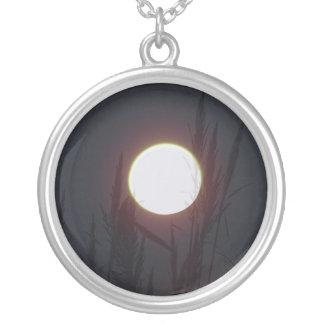 lua roxa colar