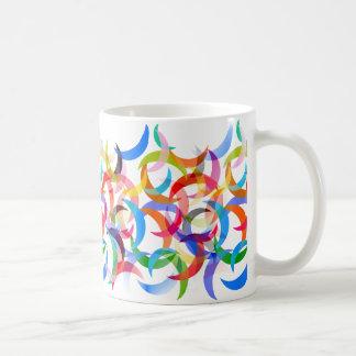 Luas crescentes coloridas na caneca de café