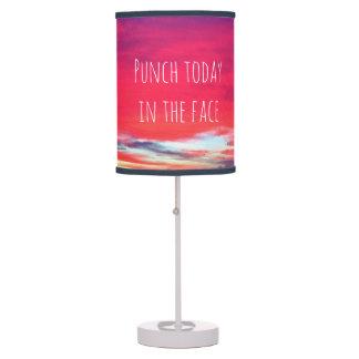 """Luminária O """"perfurador hoje"""" cita a foto do nascer do sol"""