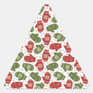 Luvas e flocos de neve verdes vermelhos do Natal Adesivo Triangular