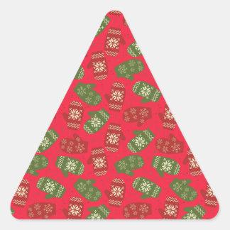 Luvas verdes vermelhas agradáveis do Natal no Adesivo Triangular