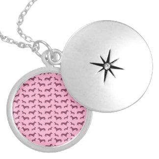 Luz bonito - teste padrão cor-de-rosa do dachshund locket