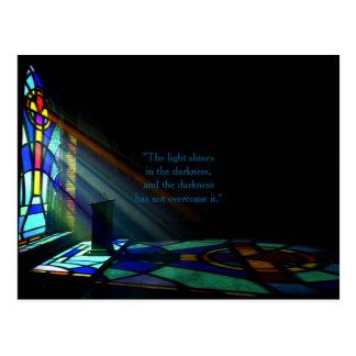 Luz da janela de vitral através de uma igreja cartão postal