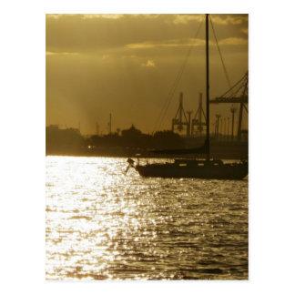 Luz dourada do barco cartão postal