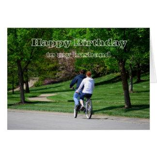 Luz em tandem do aniversário do marido da biciclet cartao