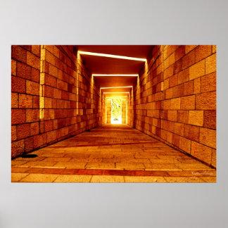 Luz na extremidade do túnel poster