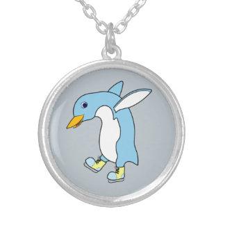 Luz - pinguim azul com os skates de gelo azuis & colar com pendente redondo