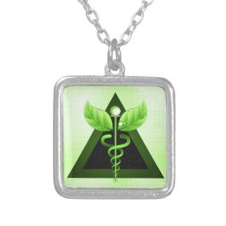 Luz - símbolo verde da medicina alternativa do colar com pendente quadrado