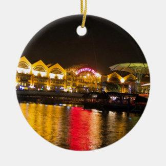 Luzes cintilantes e reflexão na água ornamento de cerâmica redondo