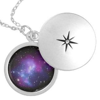 MAC J0717 do conjunto da galáxia Colar Banhado A Prata