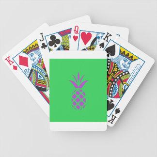 Maçã roxa do pinho no verde baralho para poker