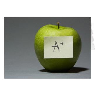 Maçã verde com nota adesiva com letra A e Cartão Comemorativo