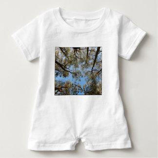 Macacão Para Bebê Árvores de goma contra um céu azul