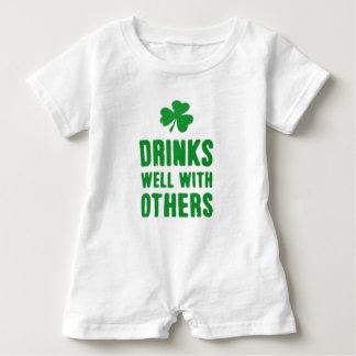 Macacão Para Bebê Bebidas bem com outro T do dia de St Patrick