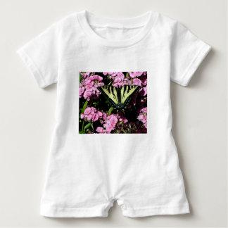 Macacão Para Bebê Borboleta de Swallowtail em flores cor-de-rosa