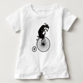 Macacão Para Bebê Cabra que monta uma bicicleta do Farthing da moeda