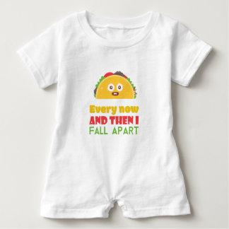 Macacão Para Bebê De vez em quando eu caio Taco distante engraçado
