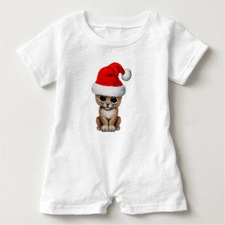 Macacão Para Bebê Leão Cub bonito que veste um chapéu do papai noel
