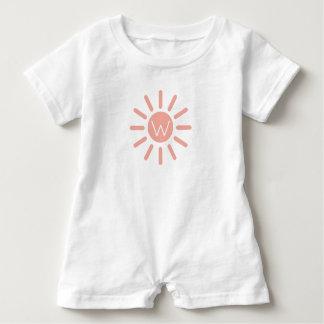 Macacão Para Bebê Sunburst do rosa de bebê do vintage no monograma