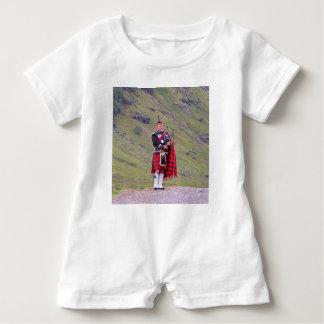 Macacão Para Bebê Tocador de gaita-de-foles escocês solitário,