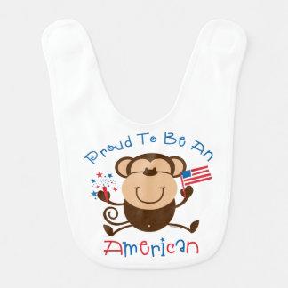 Macaco americano orgulhoso do menino babador