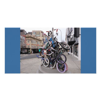 Macaco da peúga na escultura da pilha da bicicleta cartoes com fotos