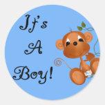 Macaco do bebê é cartões e etiquetas de um menino adesivo redondo