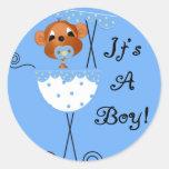 Macaco do menino na carruagem é cartões de um adesivos em formato redondos