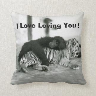 Macaco e tigre engraçados do dia dos namorados travesseiro de decoração