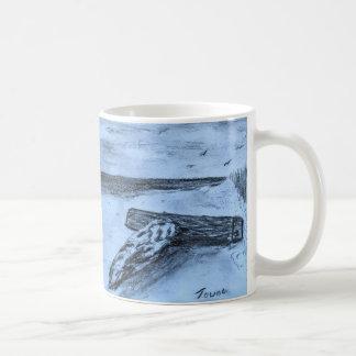 Madeira lançada costa na praia caneca de café