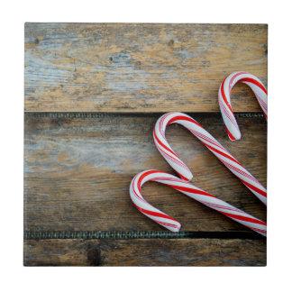 Madeira rústica com os bastões de doces do Natal