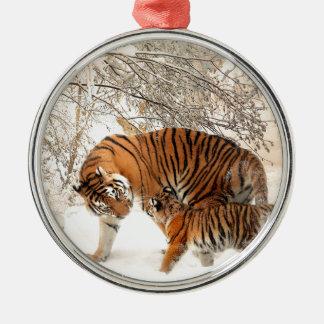 Mãe e bebê do tigre ornamento redondo cor prata