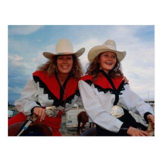 Mãe e filha adolescente (14-16) no rodeio, cartão postal
