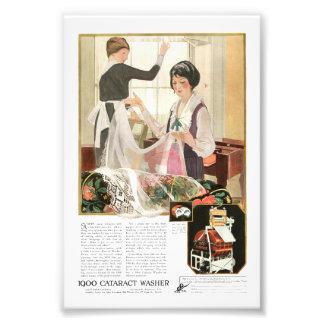 Mãe e filha novas da máquina de lavar foto