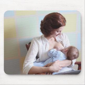 mãe nova quealimenta seu bebé mouse pad