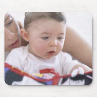 Mãe que lê ao bebé. Caras de uma mãe Mousepad