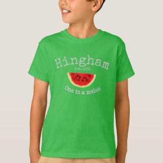 """Mães de Hingham. """"um a camisa de um menino no"""