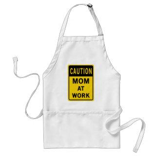 Mamã no avental do trabalho