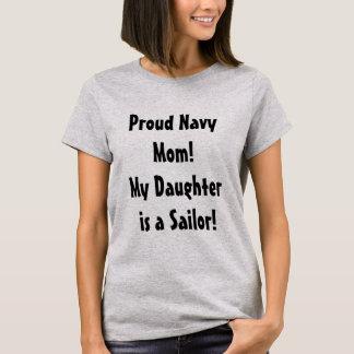 Mamã orgulhosa do marinho de uma camisa da filha