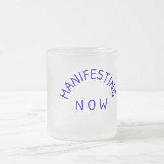 Manifestando agora a caneca do vidro de fosco