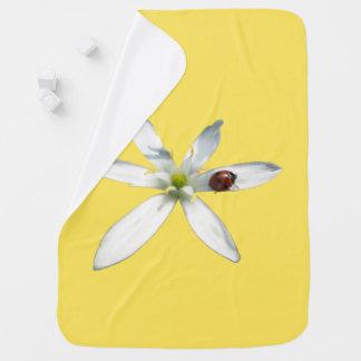 Manta De Bebe Joaninha na cobertura do bebê da flor branca