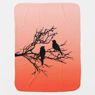 Manta De Bebe Pássaros em um ramo, preto contra a laranja do por