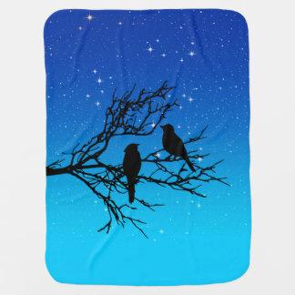 Manta De Bebe Pássaros em um ramo, preto contra o nivelamento do