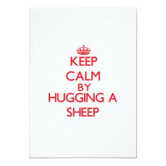 Mantenha a calma abraçando um carneiro convite 12.7 x 17.78cm