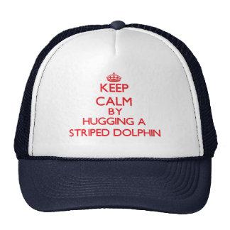 Mantenha a calma abraçando um golfinho listrado bonés
